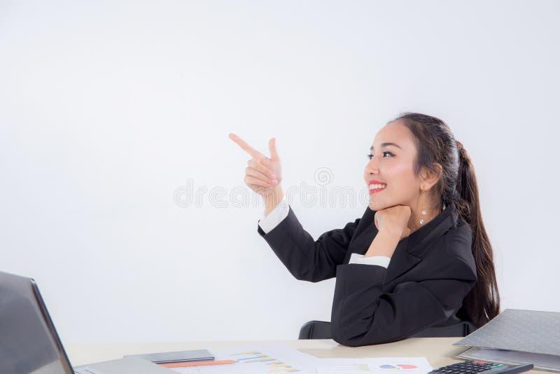 Mulher de negócios nova que trabalha no escritório que aponta algo fotos de stock royalty free