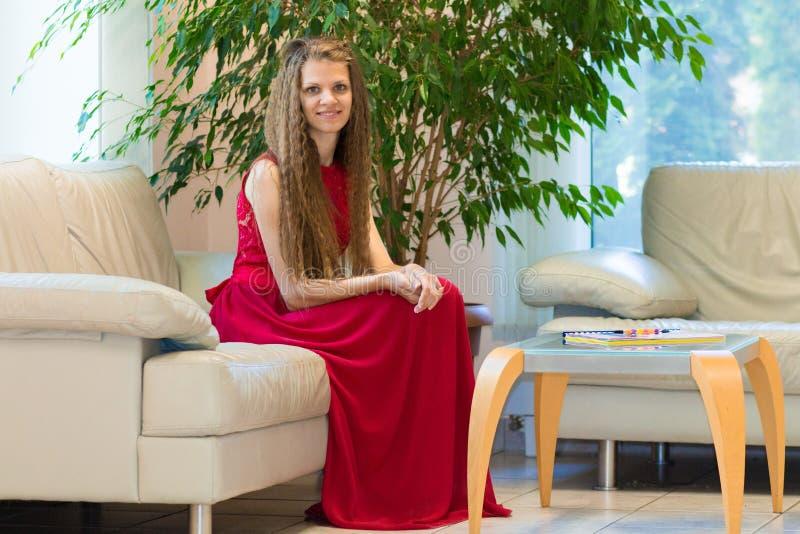Mulher de negócios nova que trabalha no escritório moderno fotos de stock royalty free