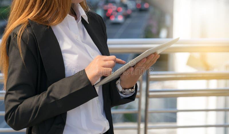 Mulher de negócios nova que usa a tabuleta digital fotografia de stock