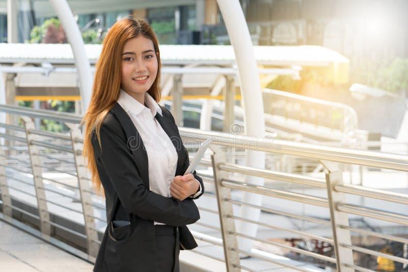 Mulher de negócios nova que usa a tabuleta digital imagem de stock