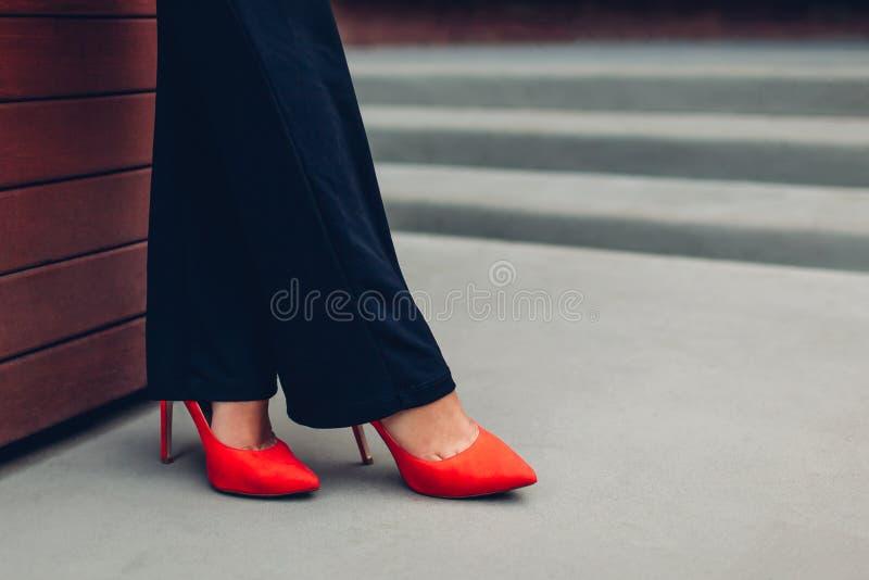 Mulher de negócios nova que veste elevação vermelha sapatas colocadas saltos Bombas clássicas à moda Close up dos pés fêmeas imagens de stock