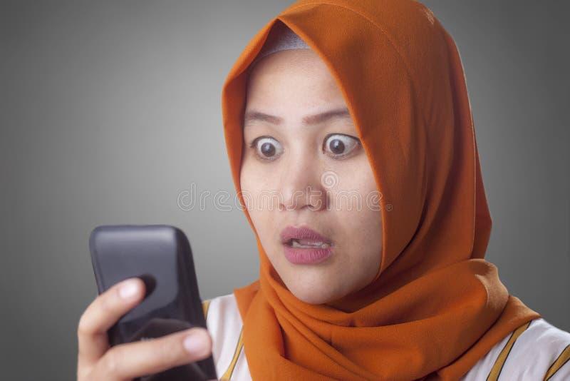 Mulher de neg?cios nova Shocked Expression, olhando seu telefone foto de stock royalty free