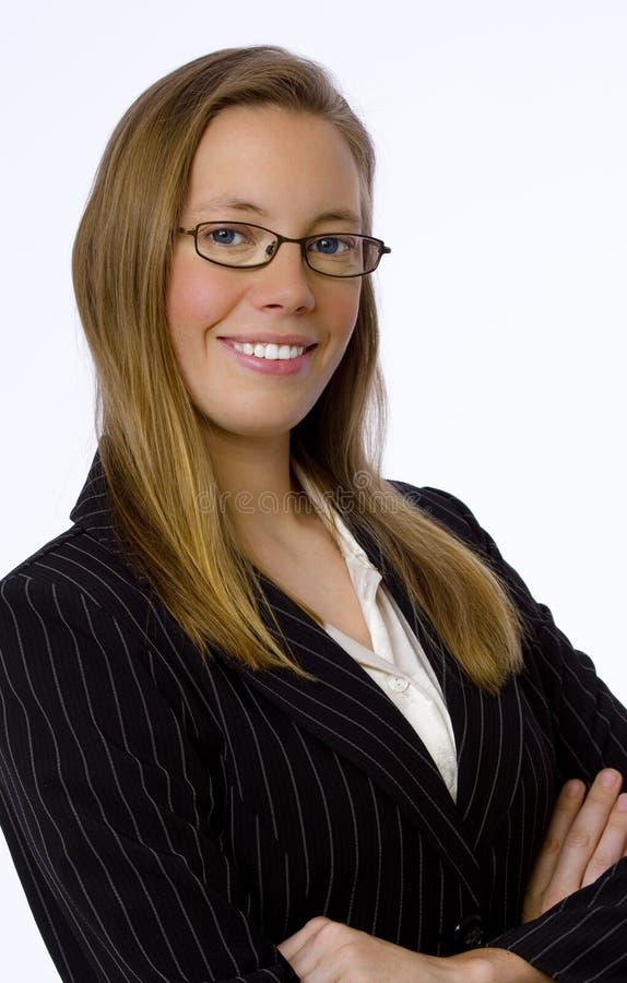 A mulher de negócios nova sorri confiàvel na câmera imagens de stock