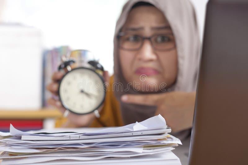 Mulher de negócios nova Worried no tempo, esforço do fim do prazo do trabalho foto de stock