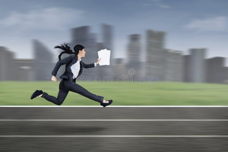 Mulher de negócios ocupada que corre rapidamente imagens de stock