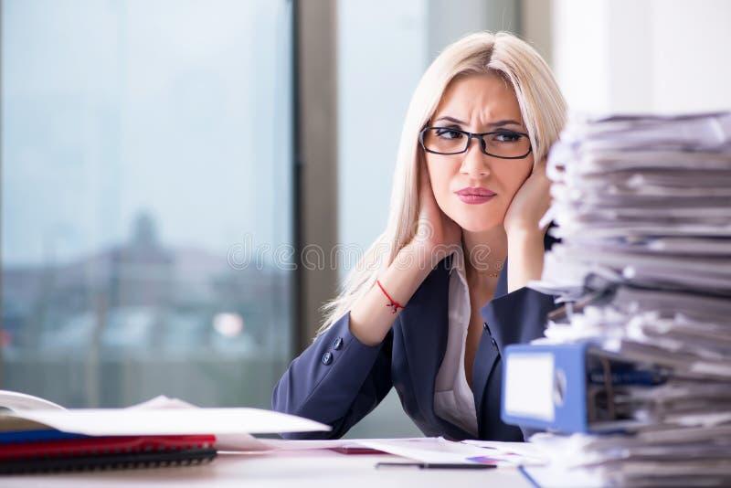 A mulher de negócios ocupada que trabalha no escritório na mesa imagens de stock royalty free