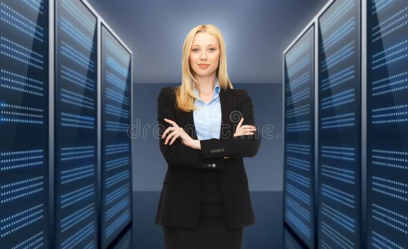 Mulher de negócios ou admin sobre o fundo da sala do servidor foto de stock