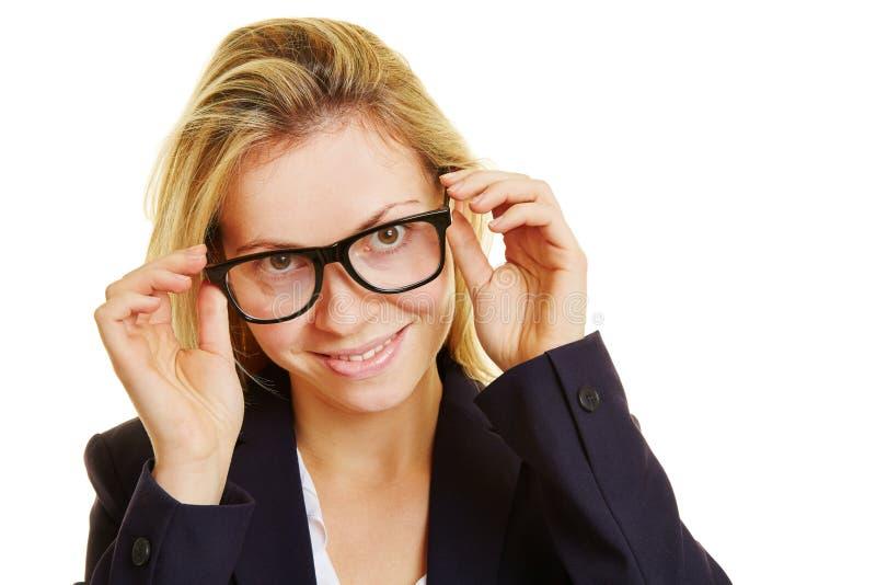 A mulher de negócios põe sobre vidros fotos de stock