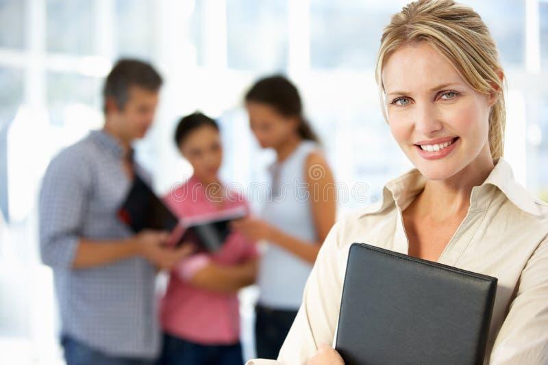 Mulher de negócios para dentro no escritório foto de stock royalty free