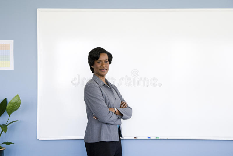 Mulher de negócios pelo whiteboard fotografia de stock