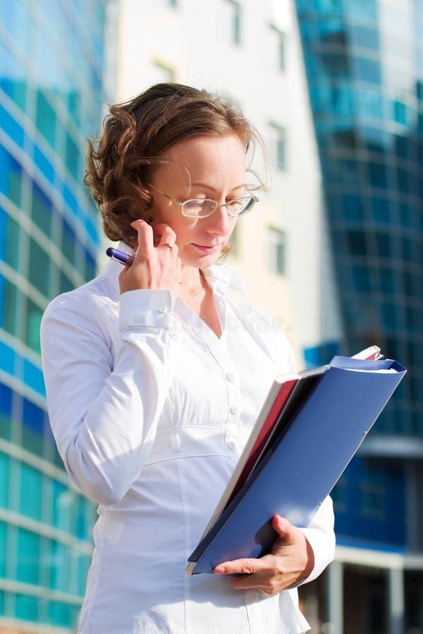 Mulher de negócios pensativa. fotos de stock