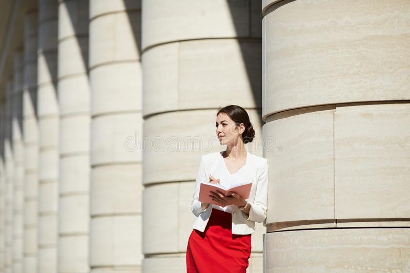 Mulher de negócios pensativa Lit pela luz solar imagem de stock royalty free