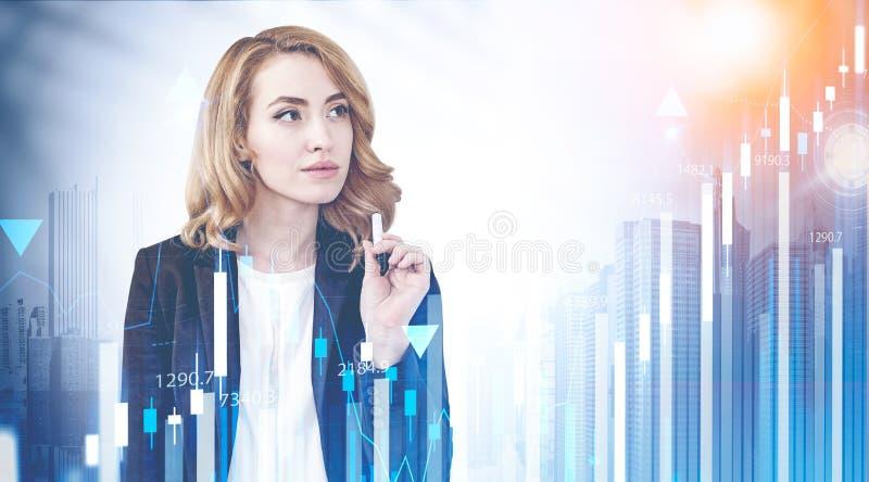 Mulher de negócios pensativa na cidade, no HUD e no gráfico imagem de stock royalty free
