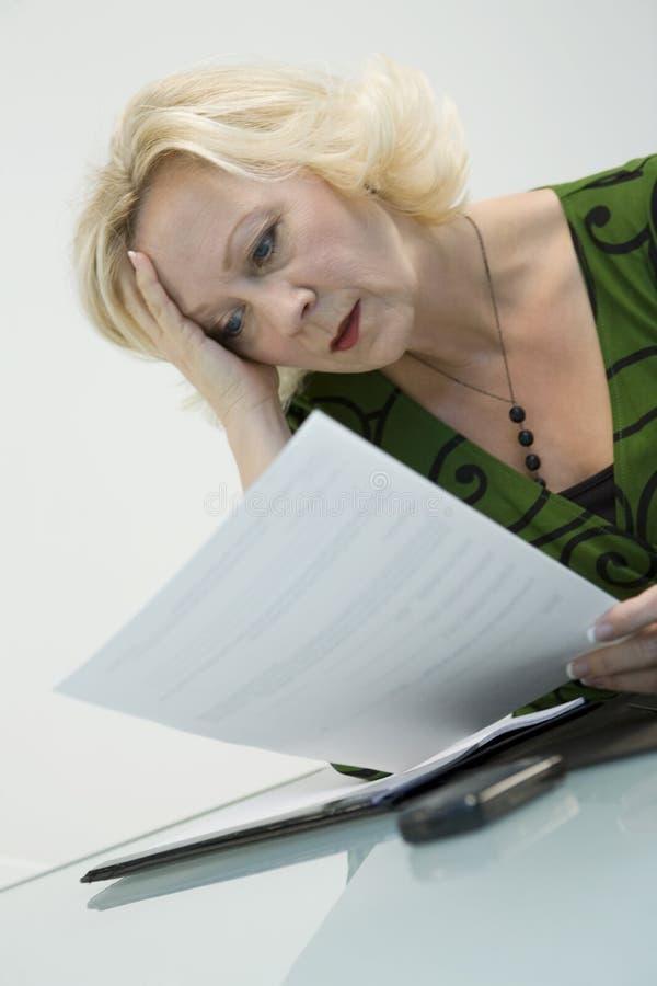 Mulher de negócios preocupada   imagens de stock