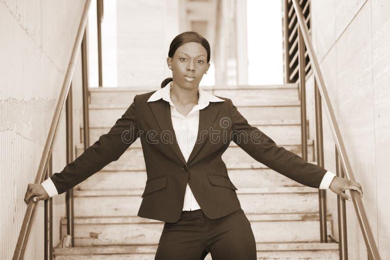 Mulher de negócios preta em uma escadaria fotos de stock royalty free