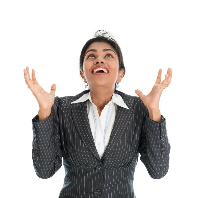 Mulher de negócios preta que guarda algo da parte superior imagem de stock