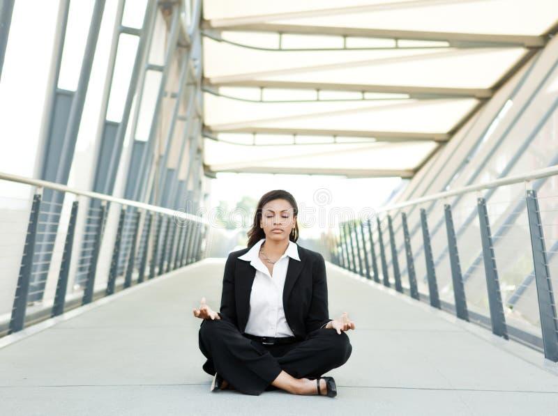 Mulher de negócios preta que meditating fotos de stock royalty free