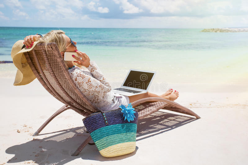 Mulher de negócios produtiva que trabalha na praia foto de stock royalty free