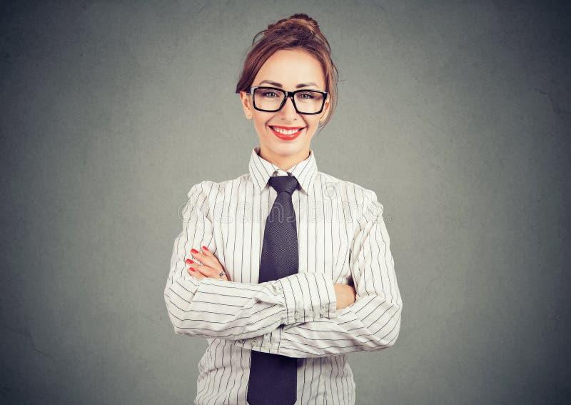 Mulher de negócios profissional elegante no equipamento formal que sorri e que olha a câmera fotografia de stock royalty free