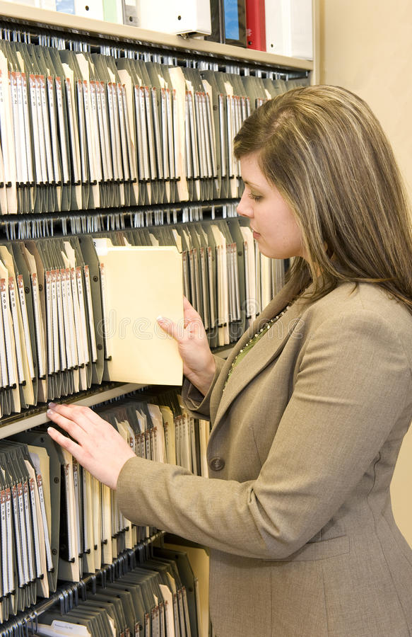 Mulher de negócios Pulling File Folder imagem de stock