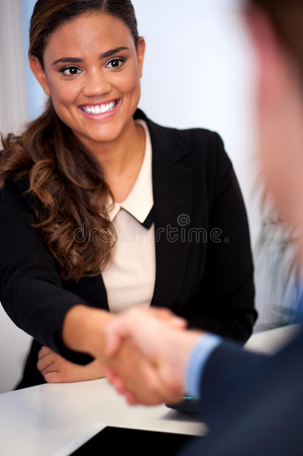 Mulher de negócios que agita as mãos com um cliente foto de stock royalty free