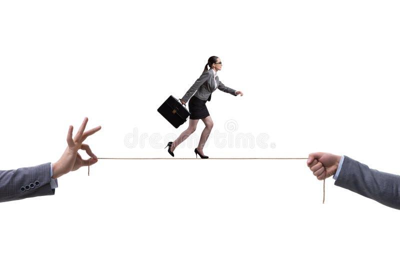 A mulher de negócios que anda na corda apertada no conceito do negócio foto de stock royalty free