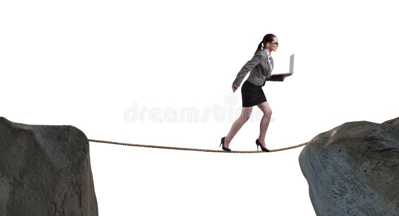 A mulher de negócios que anda no rop apertado no conceito do negócio imagem de stock