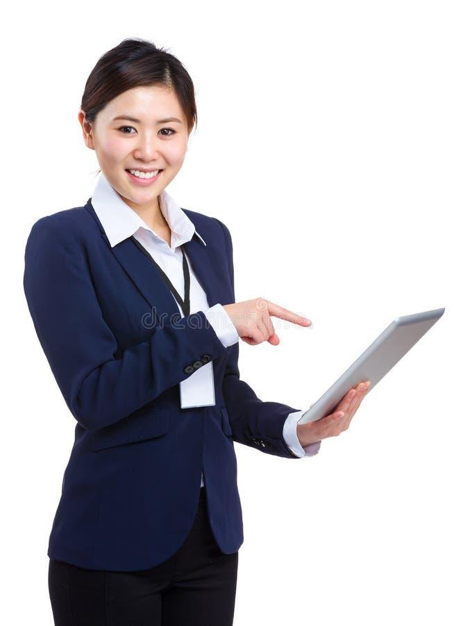 Mulher de negócios que aponta à tabuleta fotografia de stock