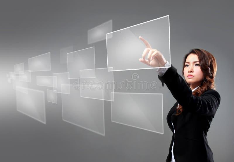 Mulher de negócios que aponta na tela de flutuação fotos de stock