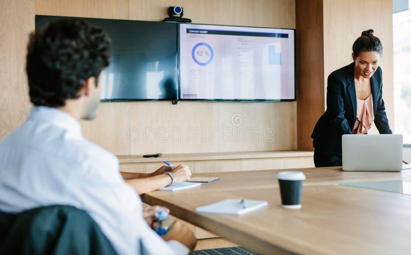 Mulher de negócios que apresenta ideias novas do negócio na sala de conferências fotografia de stock royalty free