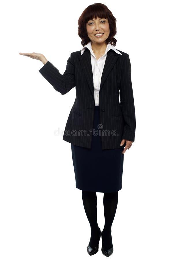 Download Mulher De Negócios Que Apresenta O Espaço Da Cópia Imagem de Stock - Imagem de vestido, incorporado: 26509879
