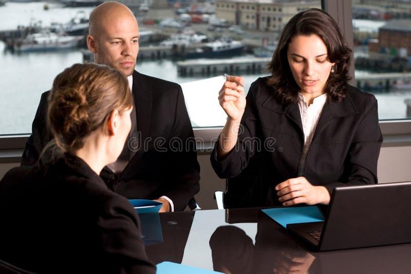 Mulher de negócios que assina alguns papéis foto de stock