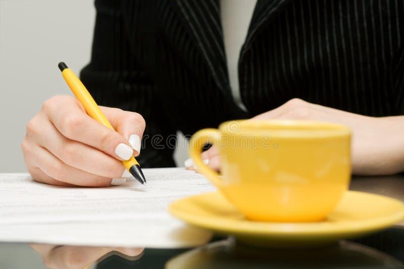 Mulher de negócios que assina o contrato. imagem de stock royalty free