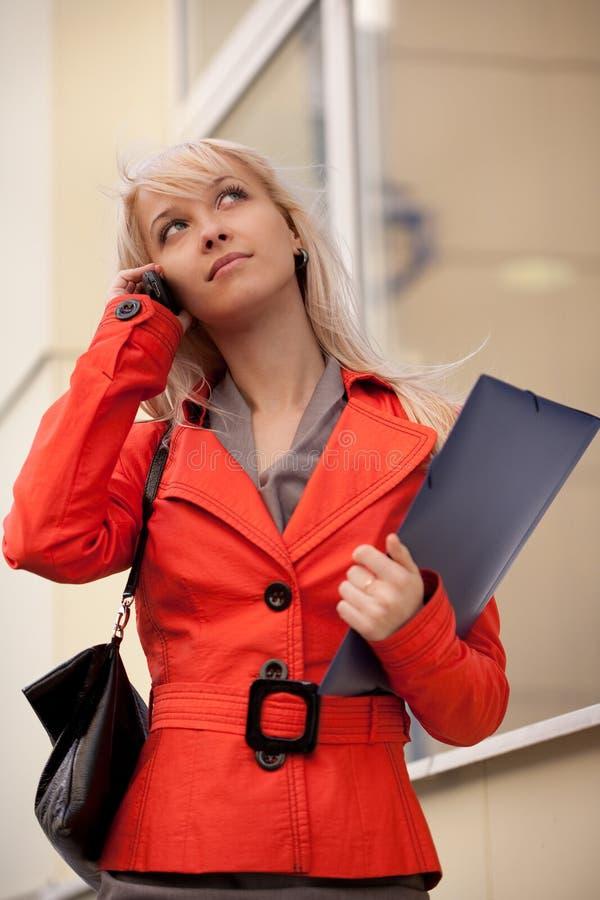 Mulher de negócios que chama pelo telefone fotos de stock