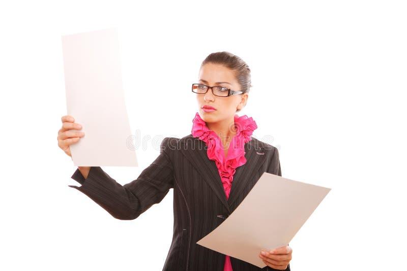 Mulher de negócios que compara cartas imagens de stock
