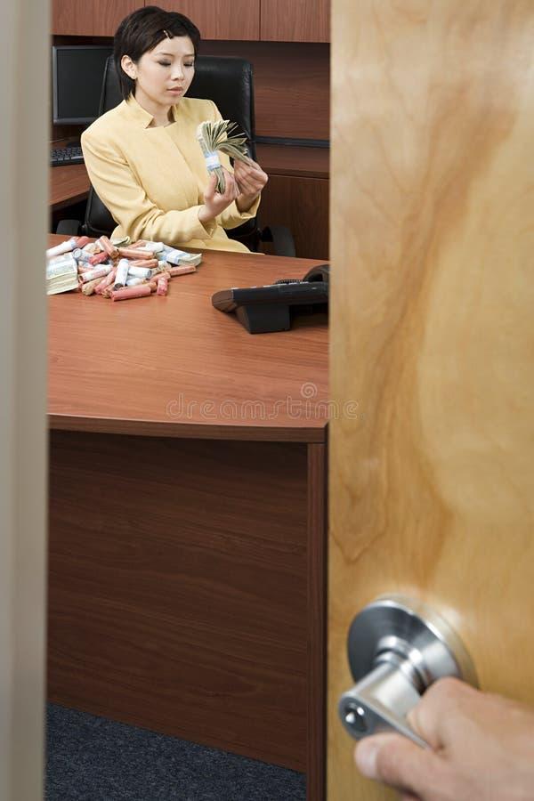 Mulher de negócios que conta o dinheiro foto de stock