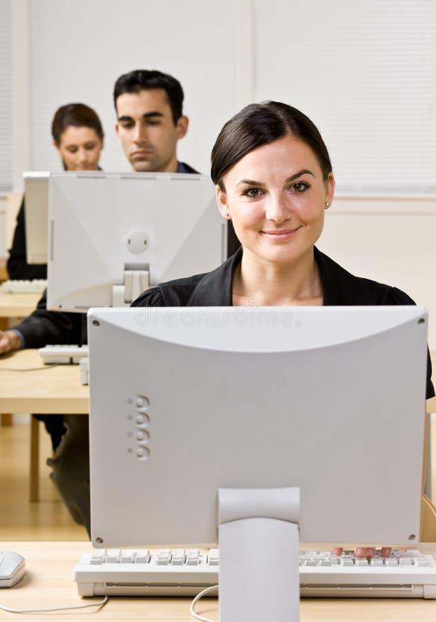 Mulher de negócios que datilografa no computador foto de stock