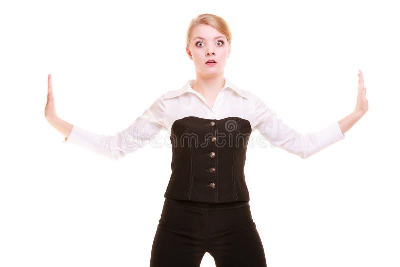 Mulher de negócios que empurra afastado o espaço vazio da cópia imagem de stock royalty free