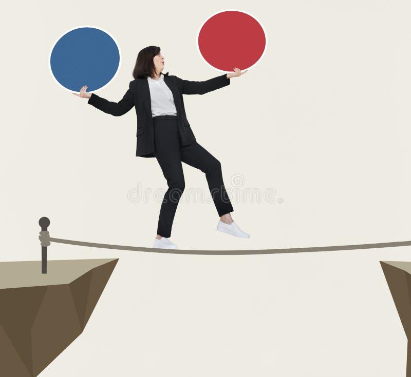 Mulher de negócios que equilibra em uma única corda imagem de stock royalty free