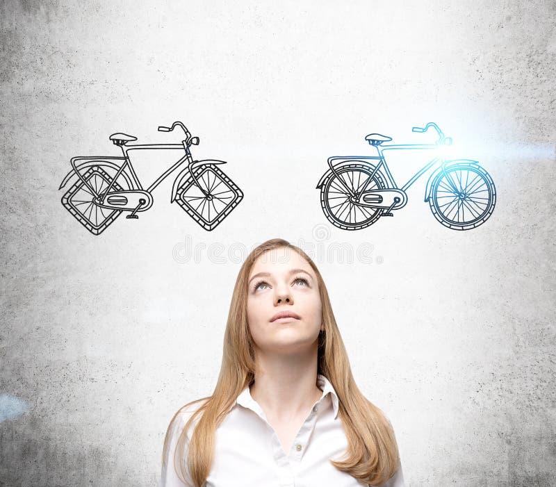 Mulher de negócios que escolhe a bicicleta imagem de stock