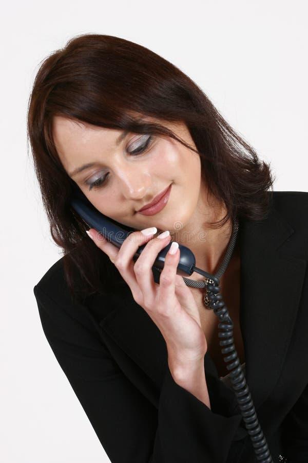 Mulher de negócios que escuta o chamador no telefone imagens de stock royalty free