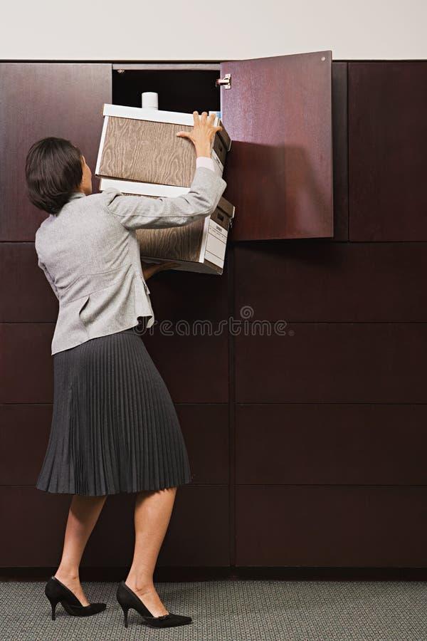 Mulher de negócios que esforça-se com os arquivos imagem de stock royalty free