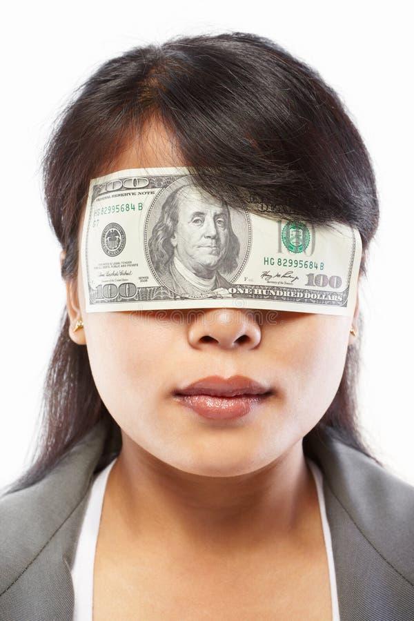 Mulher de negócios que está sendo cegada com dinheiro imagem de stock royalty free
