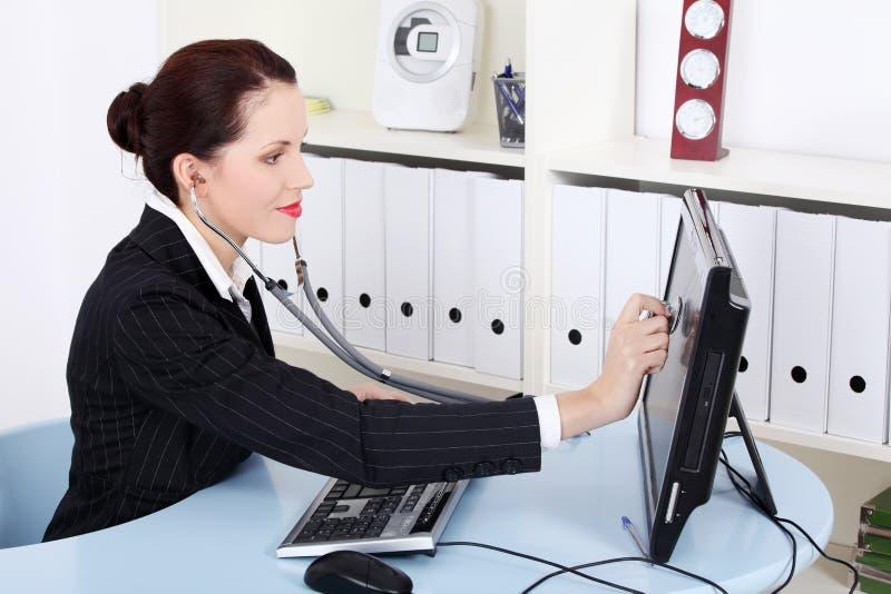 Mulher de negócios que examina seu monitor. foto de stock royalty free