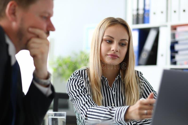 Mulher de negócios que explica benefícios da indicação fotos de stock royalty free