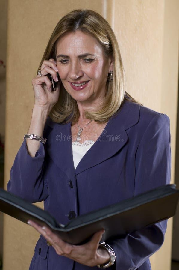 Mulher de negócios que fala em seu telefone móvel imagens de stock