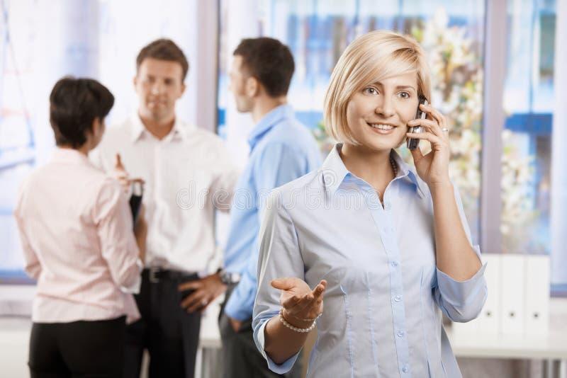 Mulher de negócios que fala no móbil fotografia de stock