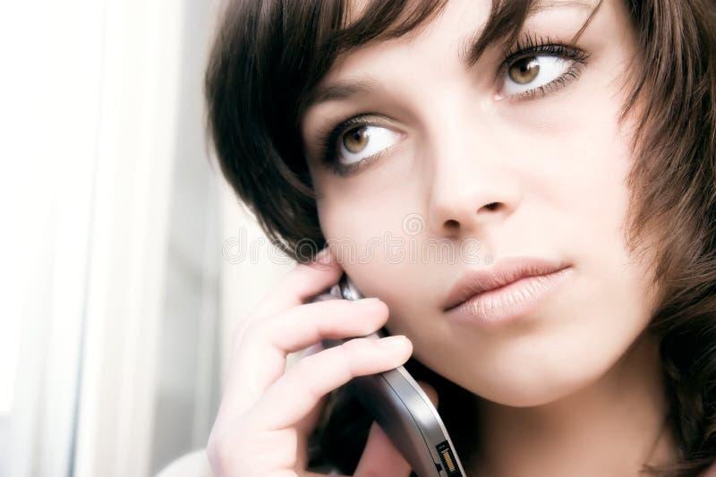 Mulher de negócios que fala no telefone móvel fotografia de stock