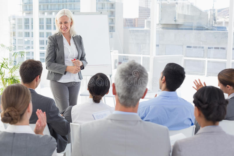 Mulher de negócios que faz o discurso durante a reunião fotografia de stock royalty free