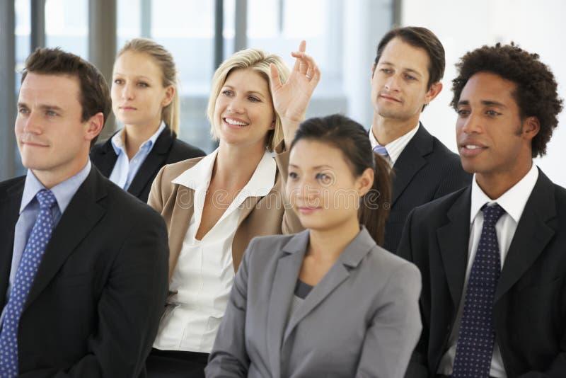 Mulher de negócios que faz a pergunta durante a apresentação imagens de stock royalty free